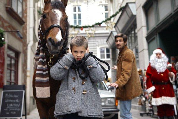 V previanočnej Viedni sa dejú zázračné veci, zažije ich autistický hrdina vo filme Kôň na balkóne.