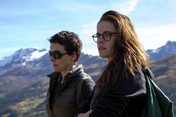 Juliette Binoche (vľavo) a Kristen Stewart v dráme Sils Maria. Film mal premiéru v Cannes, dnes je už v našich kinách. Jeho režisér Olivier Assayas sa presadil filmami Koniec augusta, začiatok septembra či teroristickým príbehom Carlos, nakrútil aj