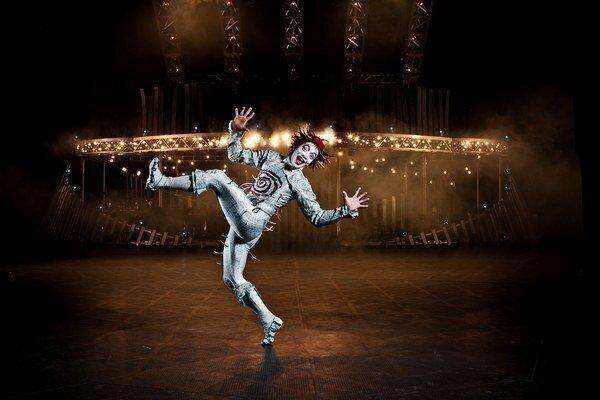 Veľká časť choreografie Cirque du Soleil sa odohráva aj nad zemou.