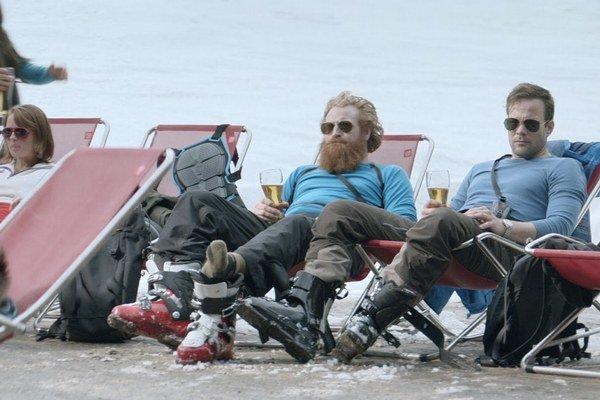 Muži radšej nech nechodia na lyžovačku, upozorňuje švédsky režisér Ruben Ostlund vo filme Vyššia moc. Mohli by zistiť, ako sa zmenilo ich postavenie v spoločnosti. Film získal Grand Prix vlani v Cannes v sekcii Istý pohľad, teraz sa premieta ako s
