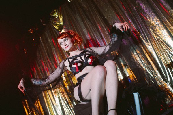 Tanečnice z burlesky parodujú klasické stereotypy ženských postáv. Rozumejú im dnešní diváci?