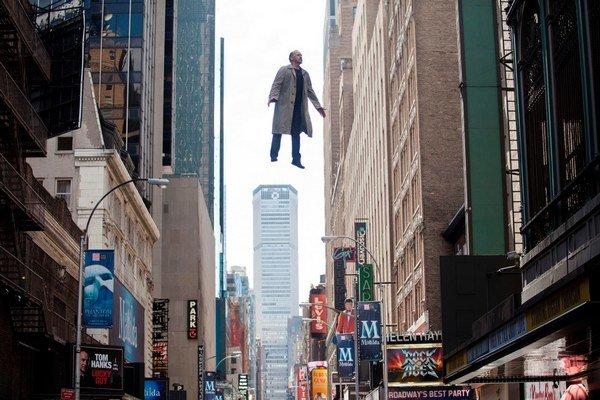 Nie je náhoda, že  úlohu skrachovaného herca vo filme Birdman dostal Michael Keaton. Aj on sám kedysi hrával superhrdinov a to mu uškodilo. Film nominovaný na deväť Oscarov režíroval Mexičan Alejandro González Iňárritu (na snímke dole vpravo).