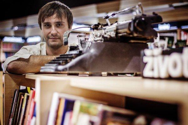 Tomáš Ulej (1987) je novinár, aforista a stĺpčekár. V roku 2006 založil projekt digitalizácie kultúrneho literárneho dedičstva Zlatý fond denníka SME. Vo vydavateľstve KK Bagala mu vyšli knihy Ale a Bodaj bi!