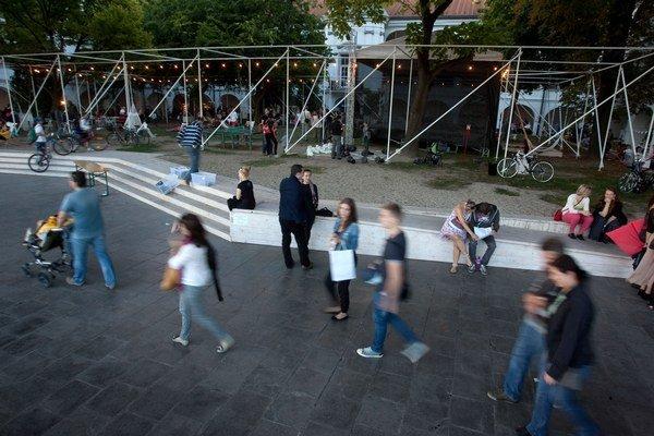 Letný pavilón SNG je tento rok zatvorený z dôvodu rekonštrukcie Vodných kasární, hlavná festivalová zóna sa preto presúva do Berlinky.