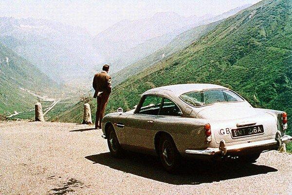 Najdrahšie predaná rekvizita v histórii, Aston Martin DB5 vystúpila v bondovke Goldfinger z roku 1964 so Seanom Connerym. V roku 2010 ho v aukcii predali za 4,1 milióna amerických dolárov.