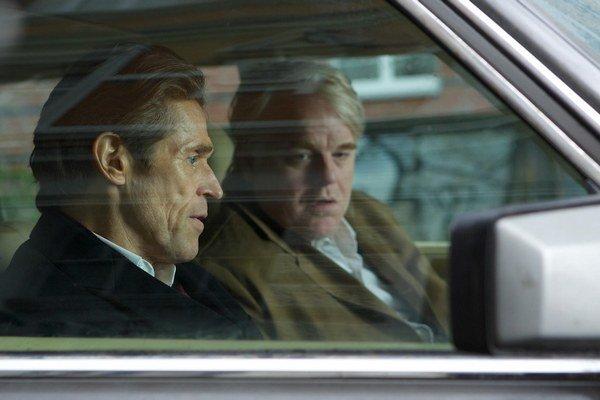 Willem Dafoe (vľavo) americký herec, dvakrát nominovaný na Oscara za úlohy vo filmoch Čata (r. Oliver Stone) a V tieni upíra (r. E. Elias Merhige). V snímke Najhľadanejší muž, ktorá je práve v našich kinách, hrá po boku Philipa Seymoura Hoffmana.