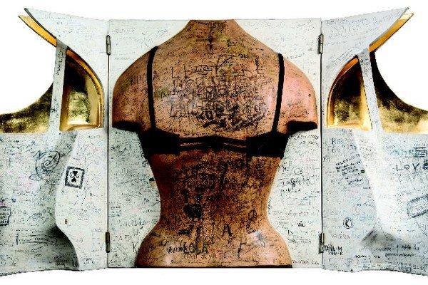 Alex Mlynárčik (1934) bol v roku 1951 zadržaný v Rakúsku za ilegálne opustenie Československa. Odsúdili ho a väznili, neskôr pracoval ako maliar a natierač, aranžér a fotograf. V rokoch 1959 – 1965 študoval na VŠVU v Bratislave (prof. Milly a prof