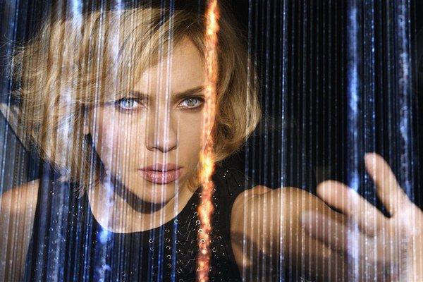 Študentku, ktorá prejde radikálnou premenou, si zahrala Scarlett Johanssonová.