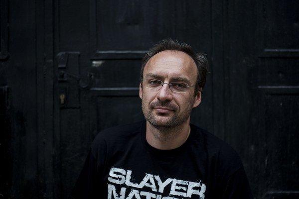 Rudolf Rus sa narodil v roku 1976 Nitre. Najskôr bol depešák a až potom metalista. Je moderátorom verejnoprávneho Rádia_FM, okrem iného v ňom už deviaty rok každý týždeň v pondelok pripravuje metalovú dvojhodinovku Headbanger_FM. Okrem toho občas robí met