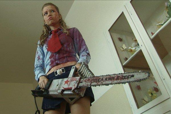 Veronika Valentovičová vo filme Socialistický Zombie Mord (réžia: Rastislav Blažek, Peter Čermák, Zuzana Paulini).
