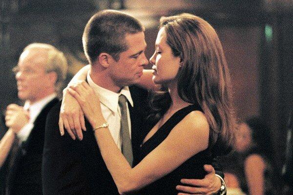 Brad Pitt a Angelina Jolieová vo filme Pán a Pani Smithovci.