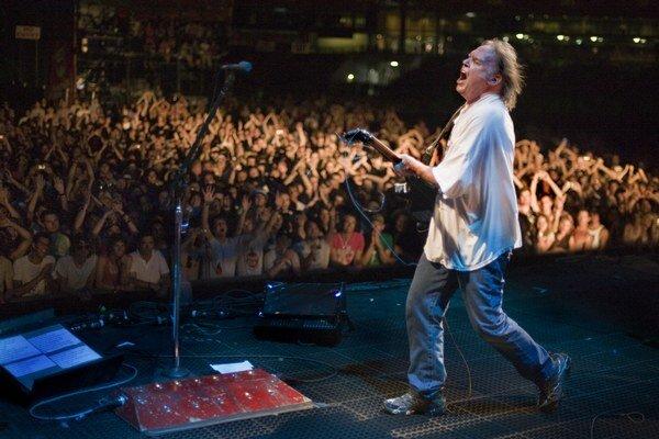V kapele Crazy Horse už bola nedávno zlomená ruka gitaristu Sampedra, aj infarkt basistu Talbota. Neila Younga však zatiaľ nezastavilo nič.