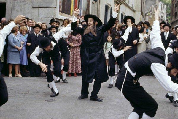 Jedna z najslávnejších scén Louisa de Funèsa: tanec rabího Jacoba.