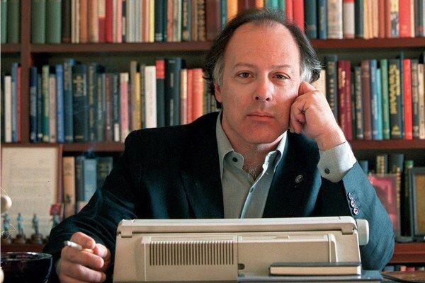 Javier Marías  je autorom románov Srdce také biele, Spomínaj na mňa zajtra po bitke alebo Keď som bol smrteľný.