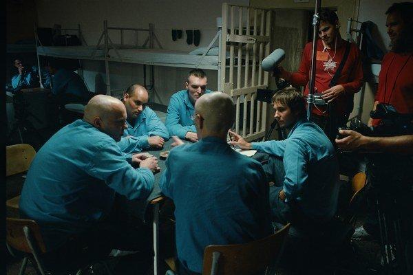 Mladý režisér Miro Remo (na snímke úplne vpravo v modrom) v týchto dňoch odpremiéroval dva filmy  – dokument o festivale Vrbovské vetry a Comeback. Ten druhý nakrúcal v nezvyčajných podmienkach.