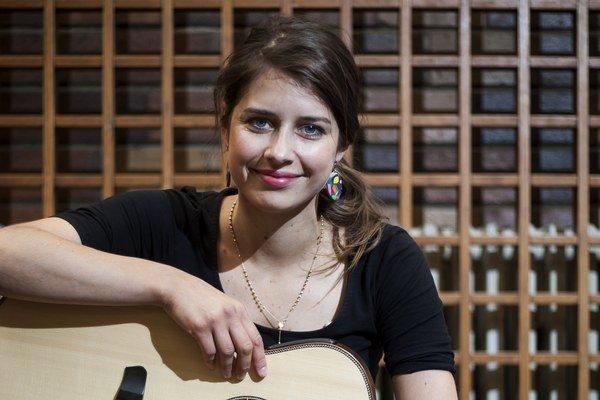 V roku 2009 zvíťazila v súťaži Gospel talent, odvtedy cíti podporu gospelovej komunity. Pe debutovom (Vyzliecť si človeka, 2012) a vlaňajšom dvojplatinovom (Dobrý deň, to som ja, Sima Martausov, 2013) vydá na jeseň tretí album.