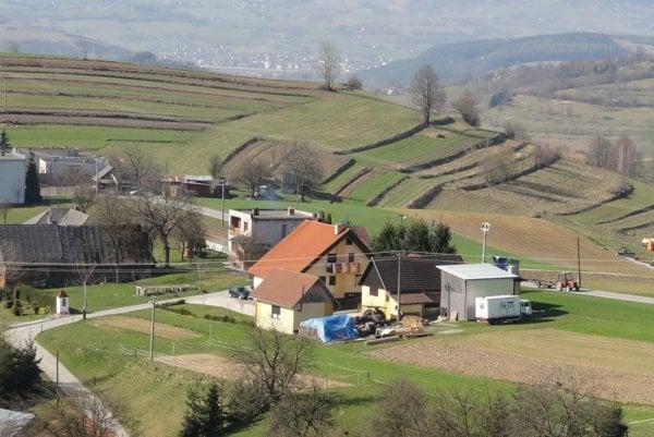 K Hriňovej boli v čase osamostatnenia pričlenené aj niektoré okolité osady, roztrúsené v širokom katastri.
