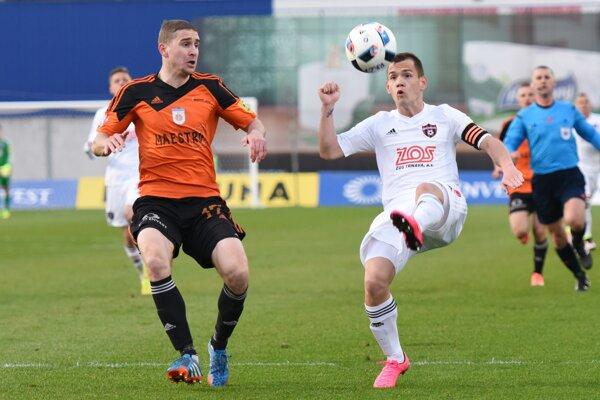 Kapitán Spartaka Trnava Martin Mikovič strelil jediný gól svojho mužstva, no neskôr sa zranil amusel striedať.