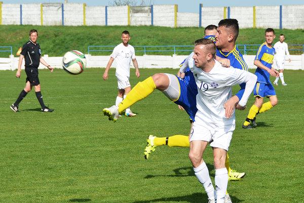 Vráble hrali sKomárnom 1:1. V popredí hosťujúci Tomáš Faragó adomáci Peter Hlaváč.