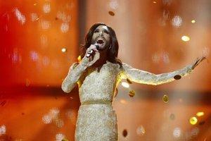 Conchita Wurst vystupuje s pesničkou Rise Like A Phoenix.