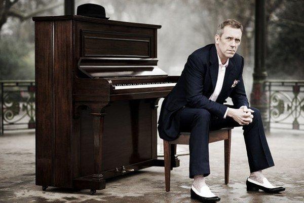 Hugh Laurie - väčšina ľudí ho pozná ako herca, no venuje sa aj hudbe.