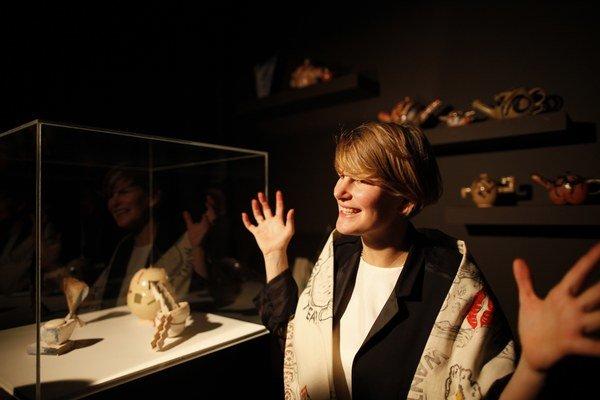 Víťazka Turnerovej ceny Laure Prouvostová v budove niekdajších kasární v Londonderry.
