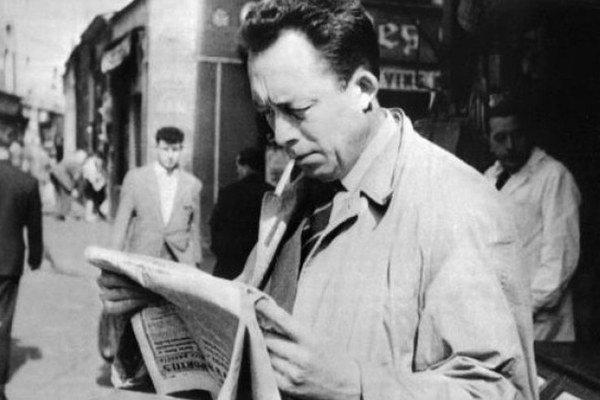 Spisovateľ Albert Camus mal zrejme Jeana–Paula Sartra rád, kým nečítal kritiku na svoju knihu Vzbúrený človek.