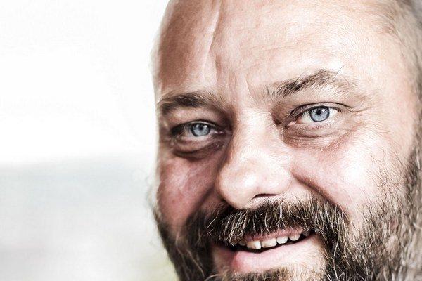 Petr Jarchovský (1966) – ukončil scenáristiku na FAMU, kde dnes pôsobí ako pedagóg. Jeho dlhoročná spolupráca s Janom Hřebejkom sa začala scenárom pre režiséra Ondřeja Trojana Pějme píseň dohola (1991). Je autorom scenára retromuzikálu z 50. rokov Šakalie