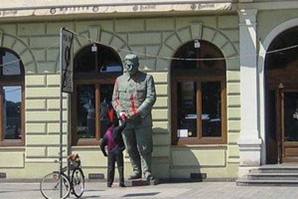 Martin Klein takto vlani oblieval červenou farbou Stalinovu sochu pri vchode do Slovenskej národnej galérie.