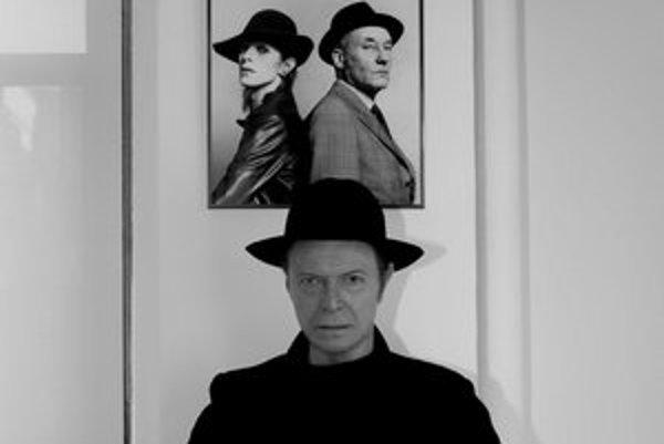 Oficiálna promo fotografia potvrdzuje Bowieho pravidelné imidžové premeny.