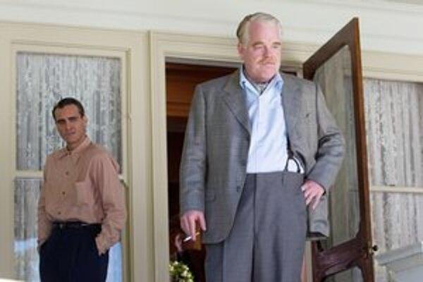 Joaquin Phoenix (vľavo) je nominovaný na Oscara za hlavnú úlohu a Philip Seymour Hoffman za vedľajšiu úlohu.