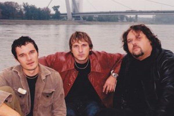 Gladiator v roku 2000: Zľava Georgio Babulic (bicie), Miko Hladký, (gitara, spev), Maroš Hladký, (basa, spev)