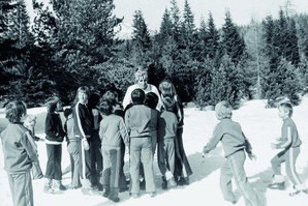 Snehuliaci sú jednoduchý príbeh o deťoch, ktoré cestovali na lyžiarsky výcvik pod dozorom dvojice prísnych vychovávateľov