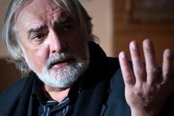 Marián Chudovský (53) vyštudoval opernú réžiu na VŠMU v Bratislave. V Slovenskom národnom divadle už pôsobil ako umelecký šéf a riaditeľ Opery, v roku 2006 šesť mesiacov viedol celé divadlo.