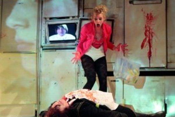 Divadlo Pôtoň a jeho dokudráma Psota. Prieskum robili v jednom z najchudobnejších regiónov Slovenska – v dolnom Pohroní. Na snímke Andrea Sabová ako mladá matka a herečka Dana Gudabová ako úžerníčka, ktorá si koledovala o masaker.