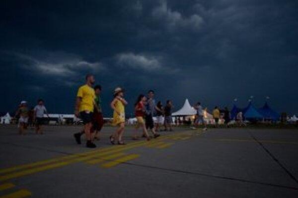 Piatkový program festivalu Pohoda prerušila silná búrka.