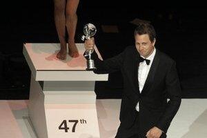Herec Henrik Rafaelsen s víťaznou trofejou festivalu.