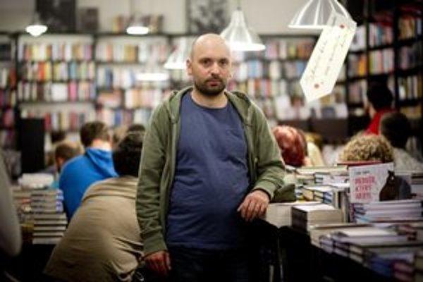 Maroš Krajňak (1972, Svidník), od roku 1991 žije v Bratislave. Vyštudoval na UK v Bratislave sociálnu prácu. V roku 2006 absolvoval International Business School v Brne. Pracuje pre  marketing v telekomunikačných službách a on-line. Inšpiráciou pre ča