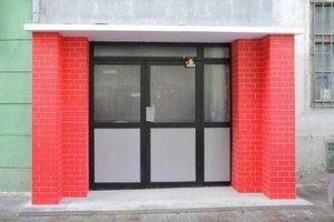 Tomáš Džadoň: Portál, 2009. Inštalácia panelákových dverí pred vchod do historickej budovy v Brne v rámci prehliadky Sochy v ulicích.