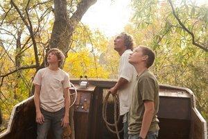 Matthew McConaughey a jeho mladší kolegovia Tye Sheridan (vľavo) a Jacob Lofland vo filme Mud amerického režiséra Jeffa Nicholsa.
