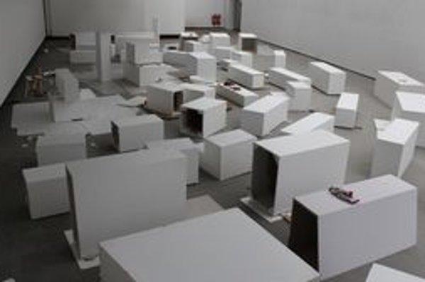 Neformálnosť v SNG vyzerá napríklad tak, že počas talkshow sa bude sedieť na galerijných sokloch.