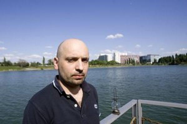 Maroš Krajňak (1972) vyrastal vo Vyšnej Jedľovej pri Svidníku, od roku 1991 žije v Bratislave, kde vyštudoval sociálnu prácu na UK. Venuje sa marketingu v telekomunikačných službách a online. Jeho debut Carpathia, vydaný Trio Publishing, je cestopisom po