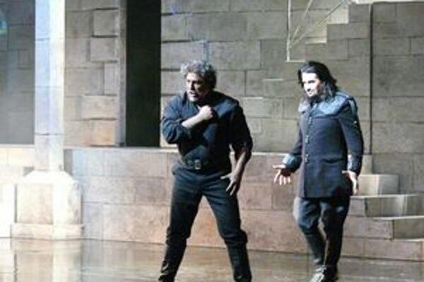 José Cura (vľavo) ako Otello a Dalibor Jenis v úlohe Jaga.