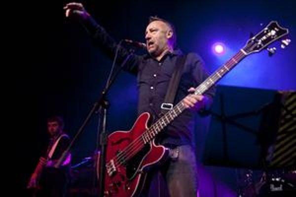 Basgitarista Joy Division sa vrátil k pesničkám svojej skupiny.