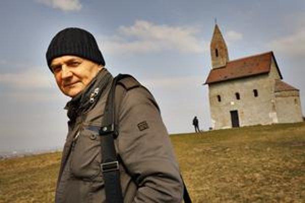 Ľubo Stacho (1953) – zakladateľ a súčasný garant Katedry fotografie a nových médií VŠVU v Bratislave, vedie ateliér fotografie a intermediálnych presahov; vyštudoval Stavebnú fakultu SVŠT  a pražskú FAMU, ako hosťujúci profesor pôsobil na zahraničných ško