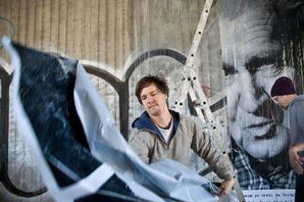 Šymon Kliman vylepil svoje portréty partizánov aj na bývalom moste SNP.