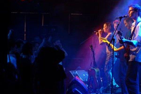 Živé kvety v Klube Za zrkadlom na koncerte, z ktorého vzniklo CD aj DVD do knihy Perute.