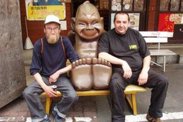 Milan Adamčiak (vľavo) a Michal Murin v spoločnosti bôžika umeleckej kreativity Billikena na nedávnom Nippon International Performance Art Festivale v Osake.