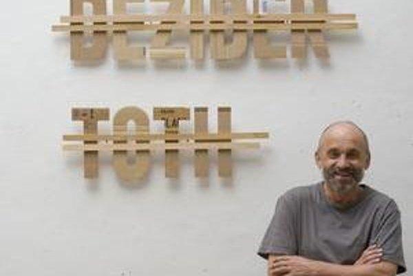 Dezider Tóth (1947), od roku 1997 notárskym zápisom Monogramista T.D, patrí ku kľúčovým osobnostiam slovenskej výtvarnej scény. Venuje sa maľbe, akčnému a konceptuálnemu umeniu, objektom a inštaláciám. Je profesorom na Vysokej škole výtvarných umení. Napí