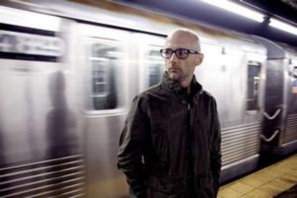 Jeho nový album aj imidž je introvertný, ale Moby z pódia vyznieva inak.